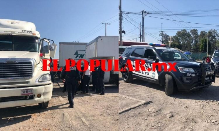 Privan de la libertad a transportista durante robo de tráiler con productos lácteos