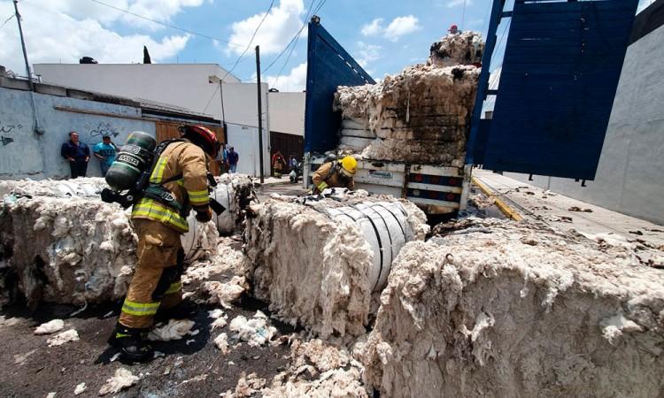 Incendia camión que llevaba algodón en colonia Xonaca