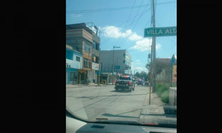 ¡Casi linchan a otro por robo! Policías rescatan a sujeto de turba en Tlanalapa