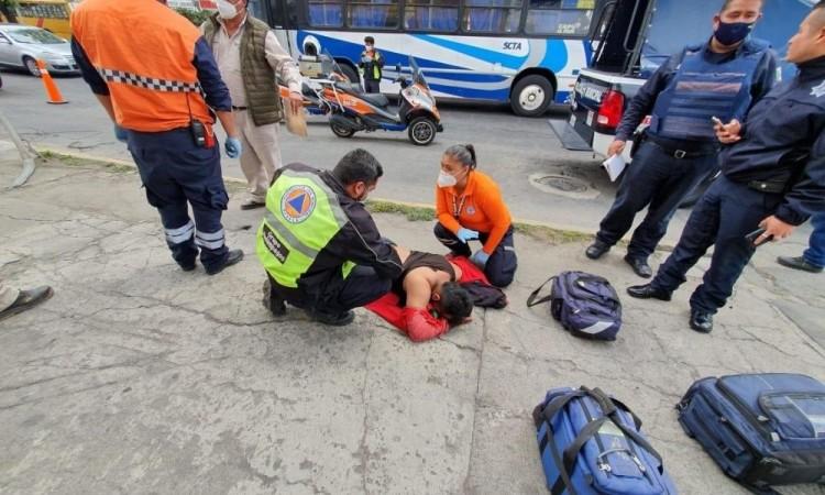 Mala pata, hombre sufre descarga eléctrica al caminar en una banqueta en San Felipe Hueyotlipan