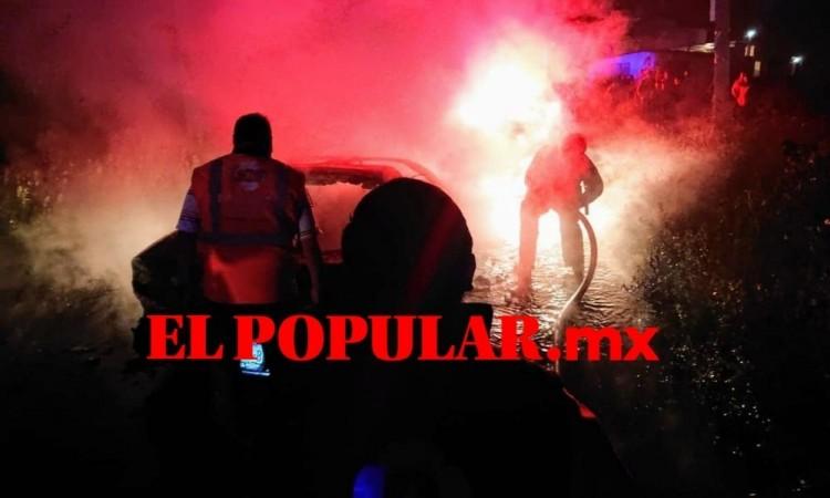 Familia sale ilesa de incendio provocado por su auto en Huejotzingo