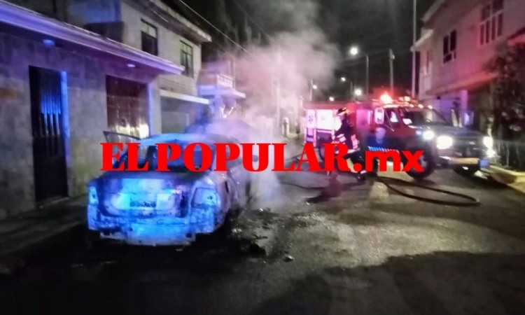 Se calcina vehículo robado en las calles Camino Real y Hernán Cortés