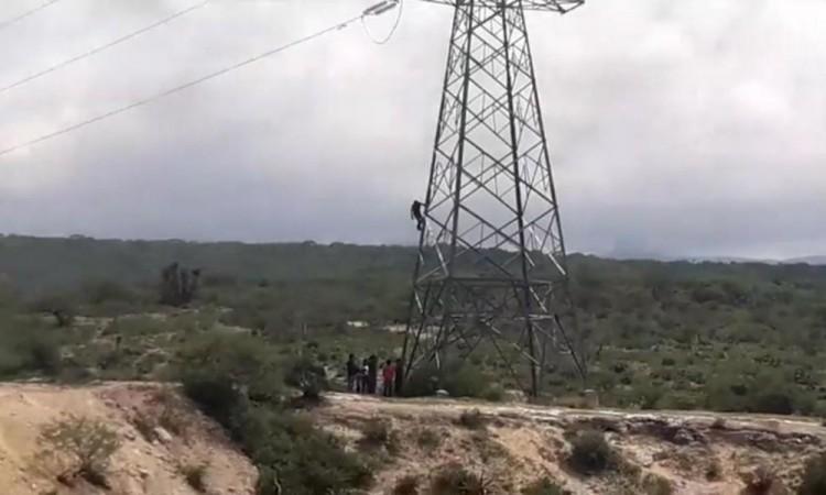 El hombre se recostó cerca de uno de los cables de alta tensión.