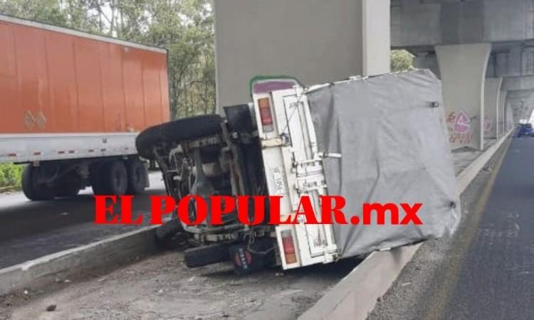 Invasión de carril provoca volcadura en la autopista México-Puebla
