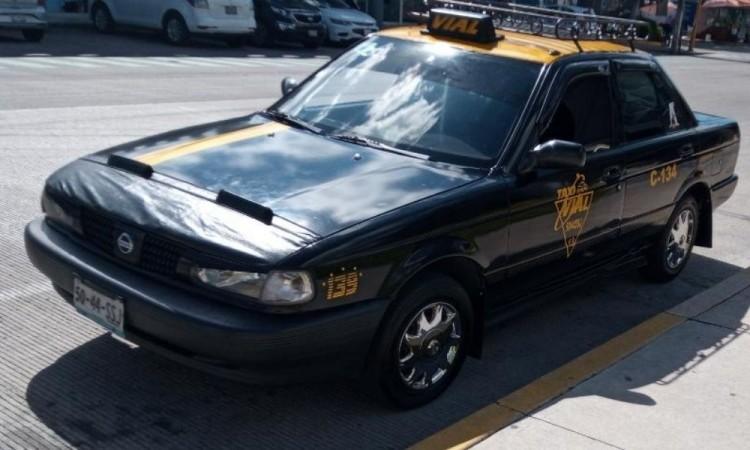 Asaltan a taxistas y le roban unidad en el Centro de Puebla