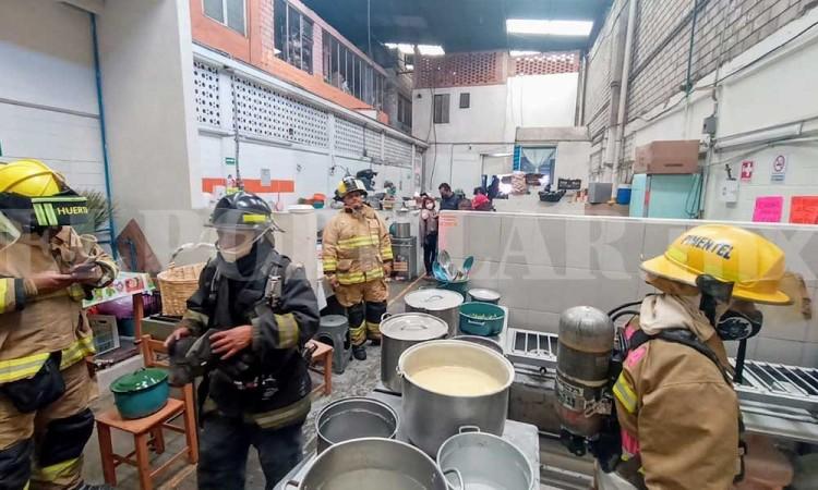 Se quema puesto de comida por flamazo en Central de Abasto