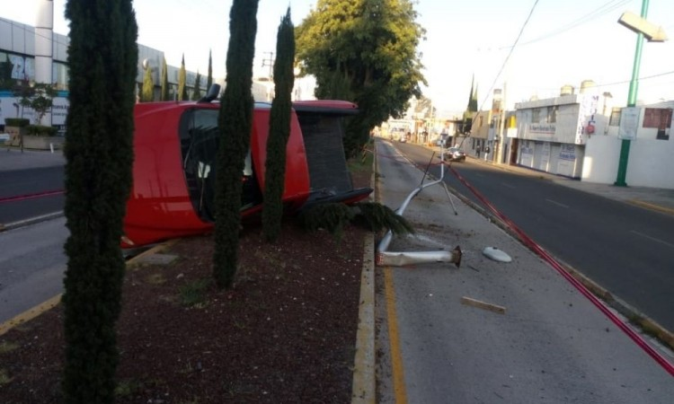 Camioneta termina volcada y la abandonan en colonia Adolfo López Mateos