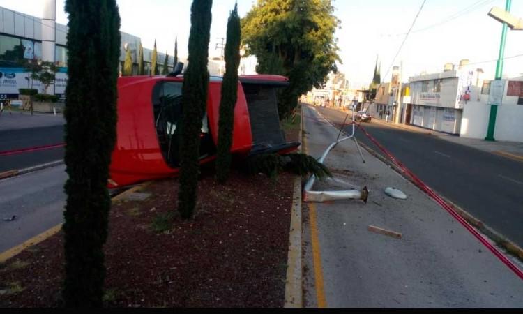 Vuelca camioneta en colonia Adolfo López Mateo en Puebla