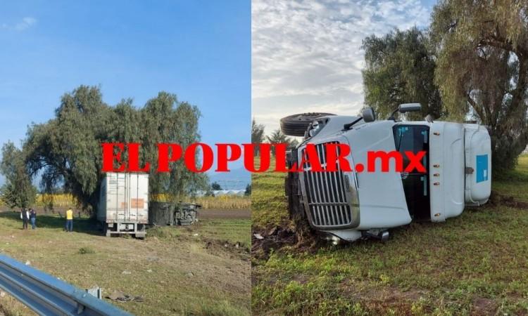 Tráiler choca con auto, se sale de autopista y termina volcado en los municipios de Acajete y Tepeaca