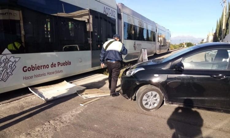 Choca tren turístico y auto en el municipio de San Pedro Cholula