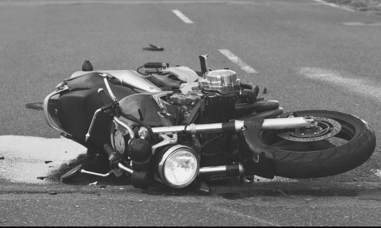 El motociclista salió proyectado cerca de 10 metros.
