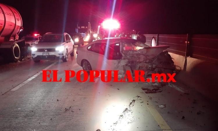 Automovilista se estampa en remolque de tráiler mal estacionado en la Puebla-Cordoba
