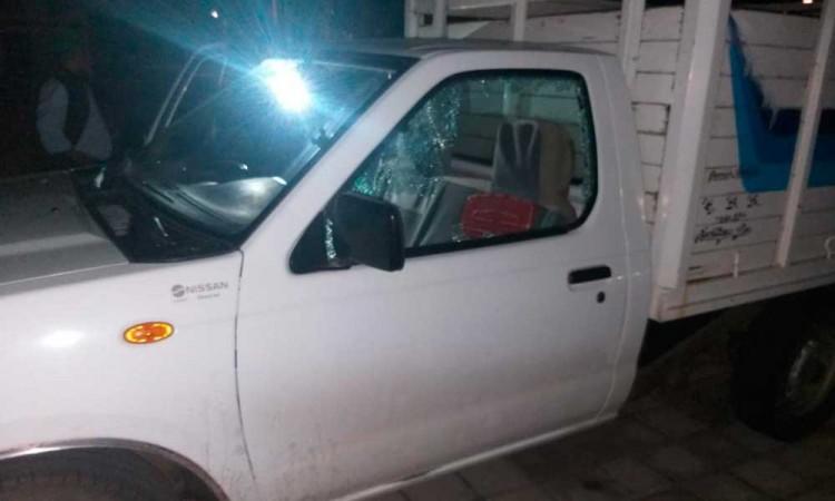 A balazos, intentan asaltar a pasajeros de camioneta en Atencingo