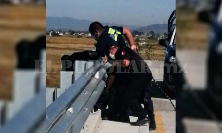 Intenta suicidarse desde un puente pero lo salvan policías de Ocoyucan