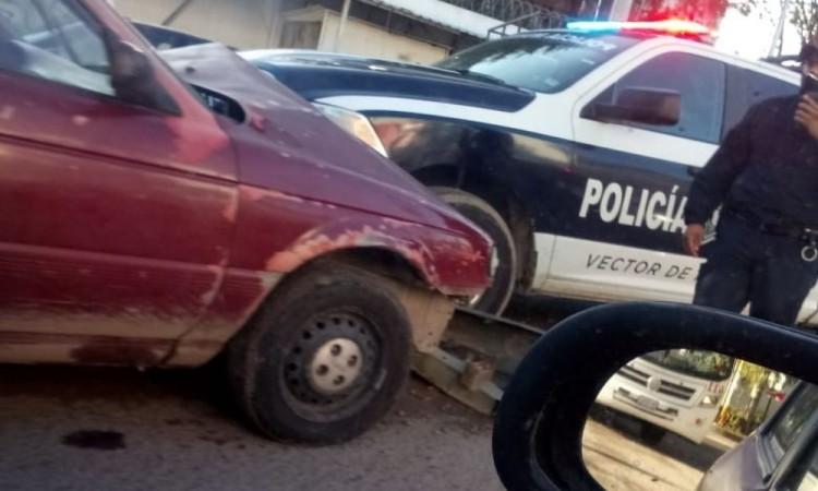 Choca patrulla y auto en la colonia El Refugio, al sur de la capital poblana.