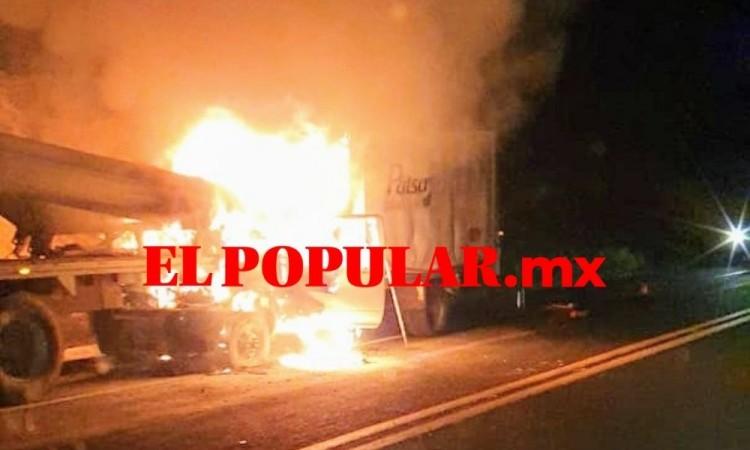 Conductor muere calcinado en choque contra un tractocamión, en el municipio de Amozoc de Mota