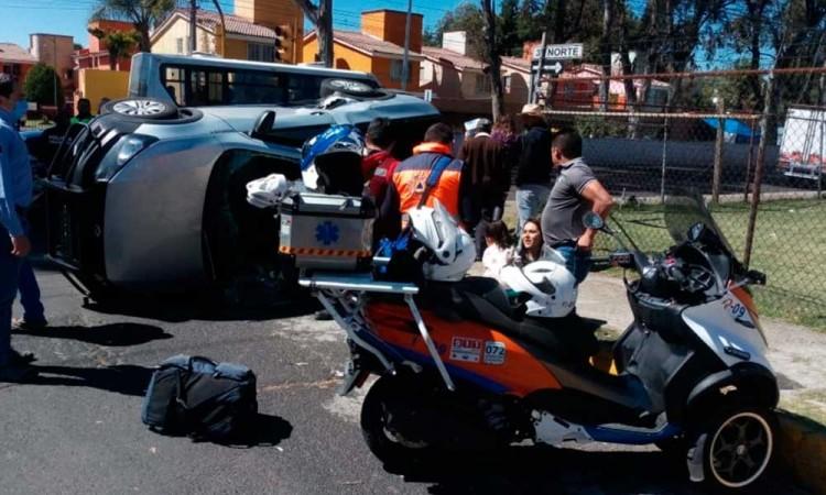 Camioneta se pasa el semáforo y termina volcada en Valle Dorado