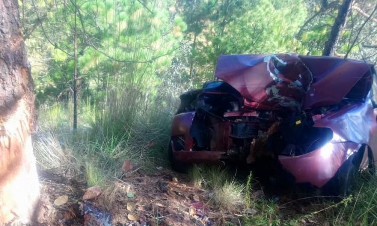 Muere trailero al chocar con un árbol en Ahuazotepec