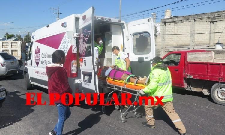Choque de camioneta y camión de volteo deja lesionados en Totimehuacan