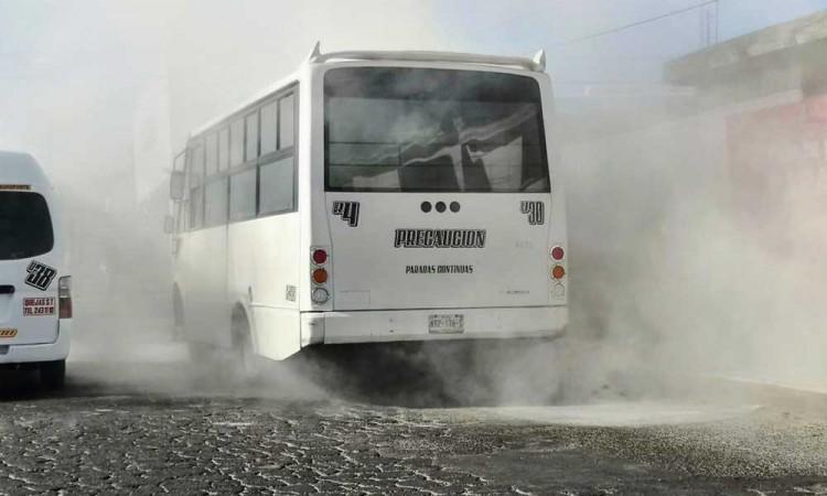 De la nada, se incendia unidad del Ruta 4 en colonia Granjas Puebla