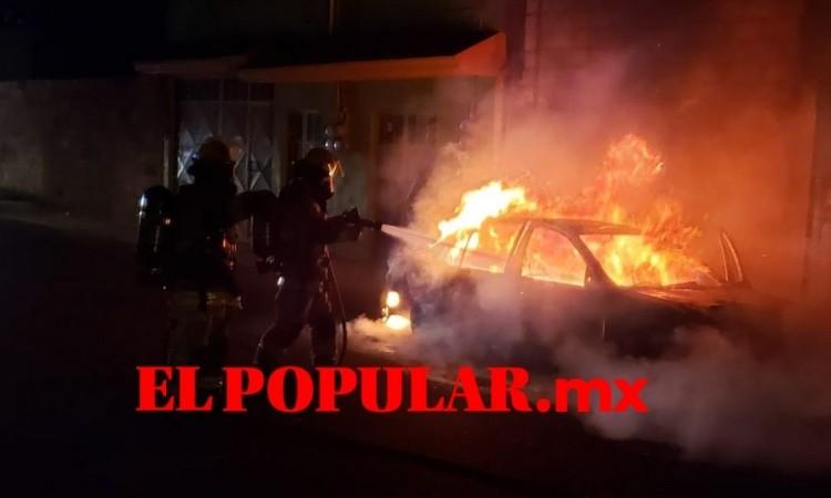 Incendio calcina automóvil en la colonia Miravalle