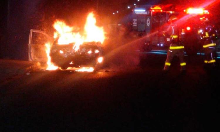 Se calcina auto en Xochimehuacan; aún no saben qué originó el fuego