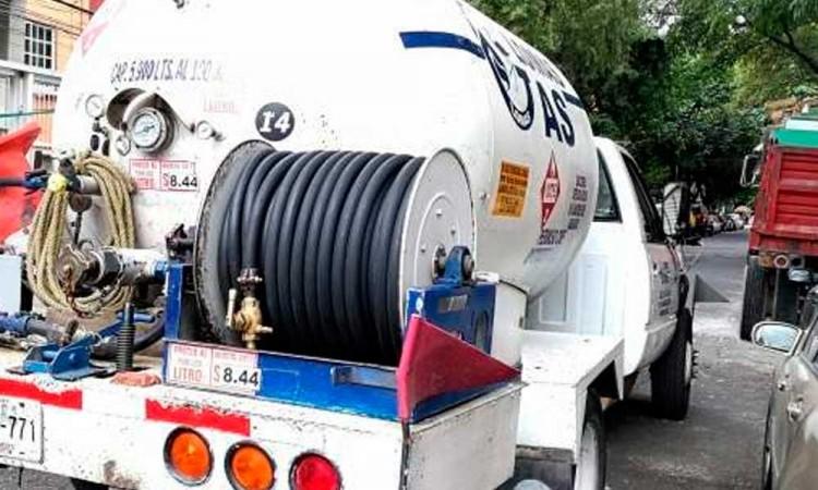 Policía recupera pipa de gas abandonada y conectada a un gasoducto