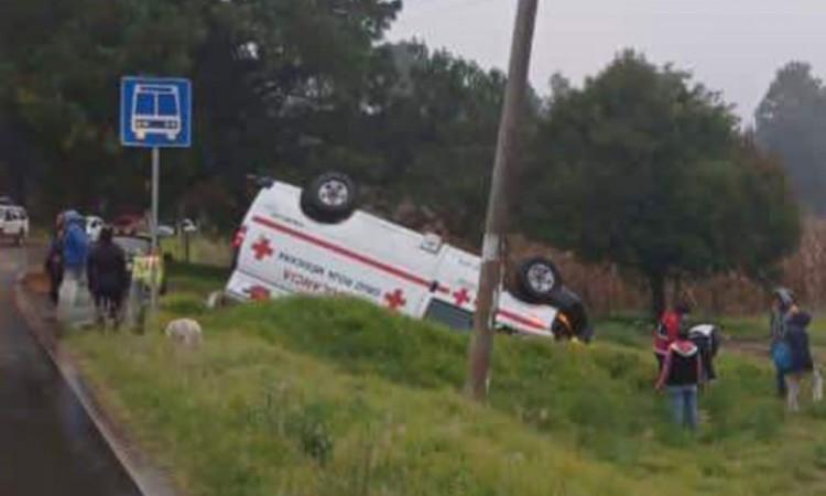 Ambulancia termina volcada en la carretera Ahuazotepec- Zacatlán