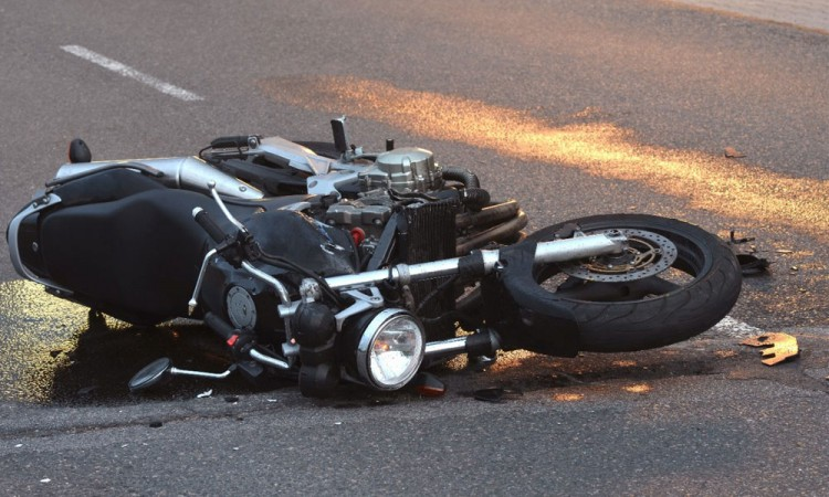 Motocicleta se impacta contra vehículo en carretera Tejocotal-Tlaxco