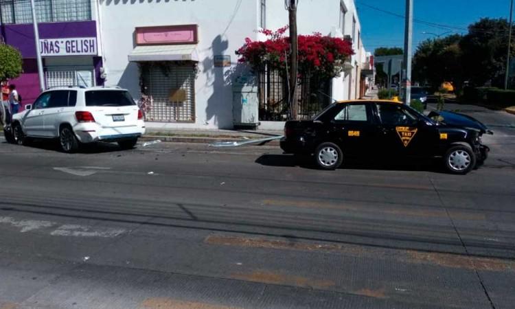 Mercedes Benz choca en las calles Prados Agua Azul