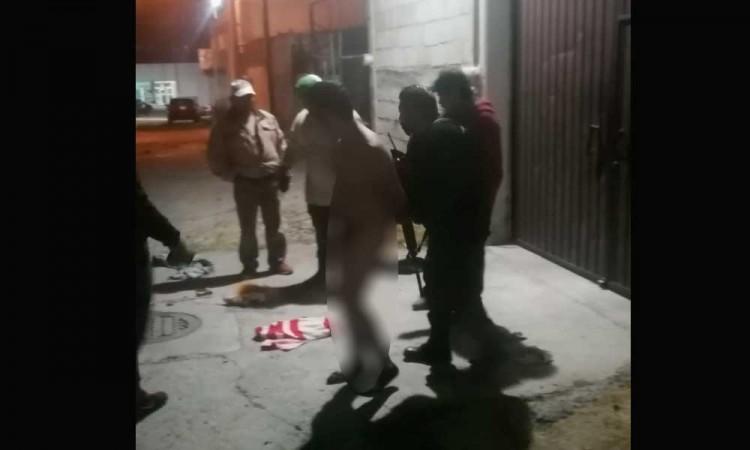 Vecinos desnudan a presunto ladrón en Fovissste de Tecamachalco