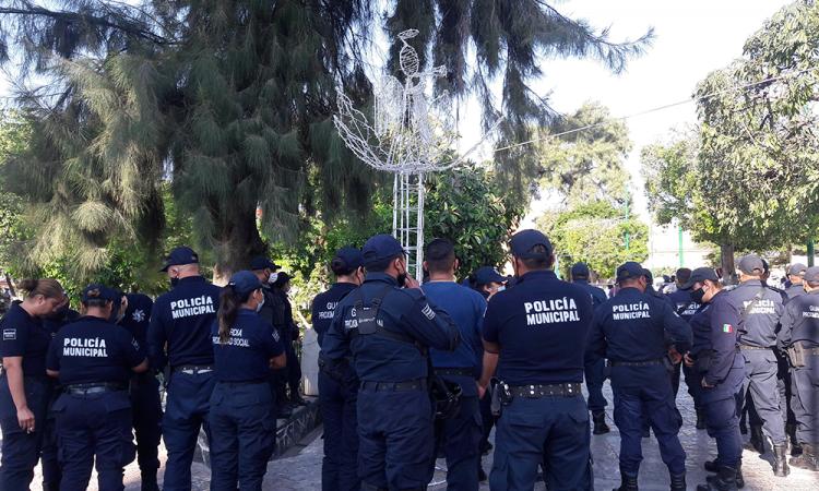 Policía estatal secuestra a mujer policía en Izúcar; policías se manifiestan