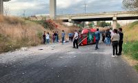 Volcadura y caída de vehículo deja heridos