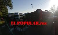 Volcadura de tráiler en la autopista Puebla-Orizaba, causando el cierre parcial de la vialidad