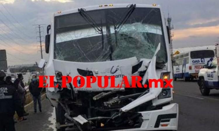 Tráiler y autobús de transporte de personal chocan y dejan ocho lesionados en Cuautlancingo