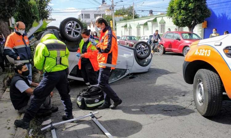 Colonia Santa Cruz registra volcadura; hay un lesionado