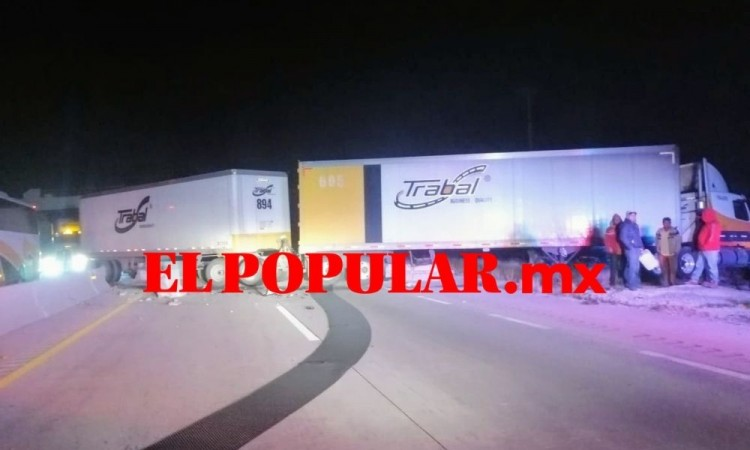 Colisión entre tráileres provoca cierre de la autopista Puebla-Orizaba