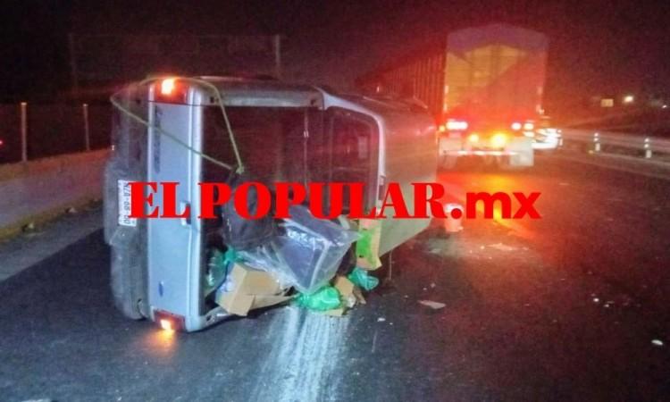Camioneta termina volcada en la autopista México-Puebla