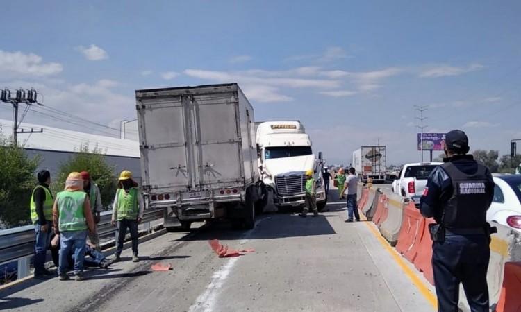 Cierran autopista México-Puebla por choque de tráileres