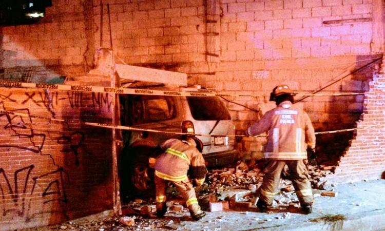 ¿Hay alguien aquí? Camioneta choca contra barda de domicilio y la derriba en Puebla, no hubo lesionados