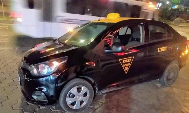 ¡Se pasan! Atracan a taxista y le roban unidad