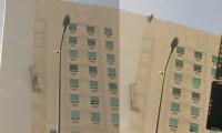 Trabajador queda suspendido en andamio que se reventó, a varios metros de altura
