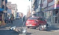 Choque entre dos motos y un auto deja dos lesionados en el centro de Puebla