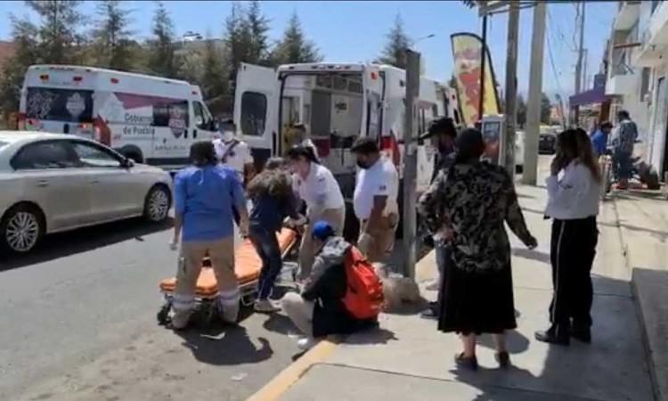 Padre e hija terminaron lesionados al ser embestidos por una moto al sur de Puebla