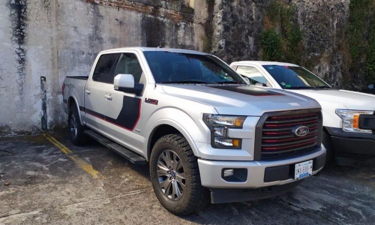 Delincuentes instalan retén y roban camioneta en San Salvador El Seco