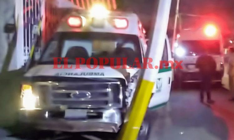 Ambulancia del IMSS choca contra poste