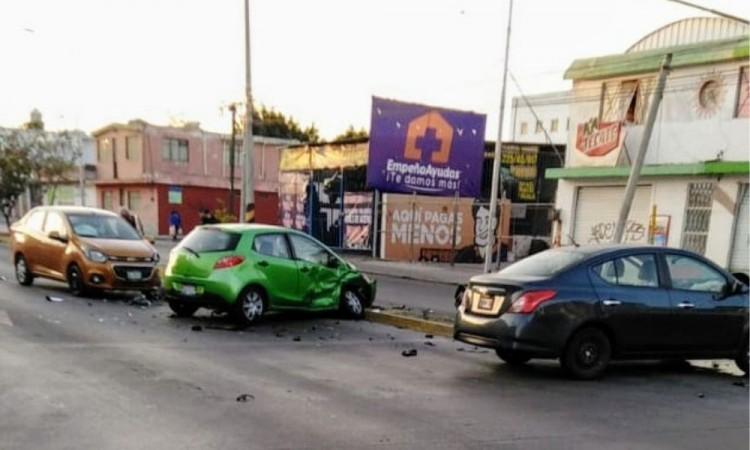 Se pasa el rojo del semáforo y provoca choque múltiple en la junta auxiliar de San Baltazar Campeche