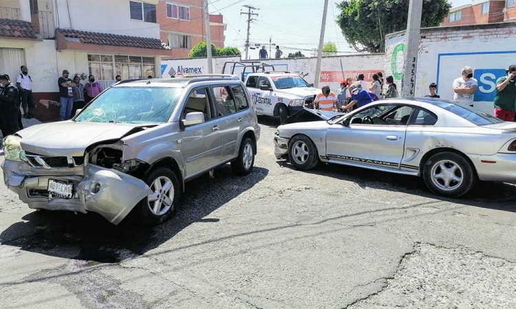 Tras persecución un par de presuntos asaltantes chocaron al sur de Puebla por lo que fueron detenidos