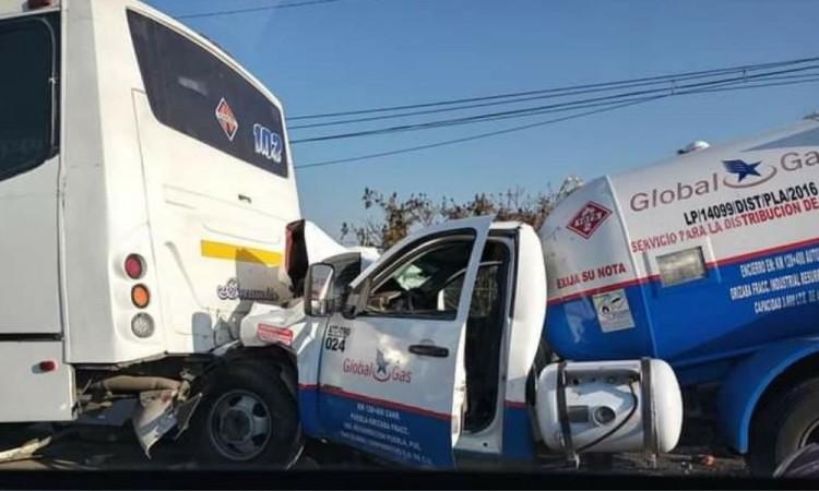 Pipa choca contra ruta y causa alerta en pasajeros en inmediaciones del Periférico Ecológico