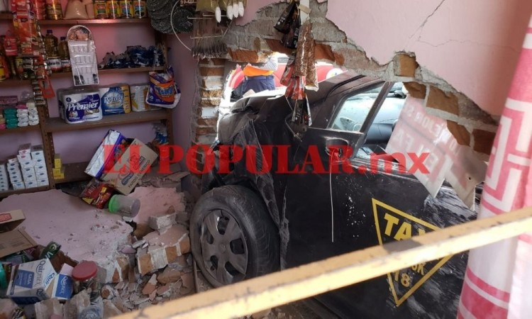 Tras persecución policial, taxi se estampa contra negocio en San Bernabé Temoxtitla